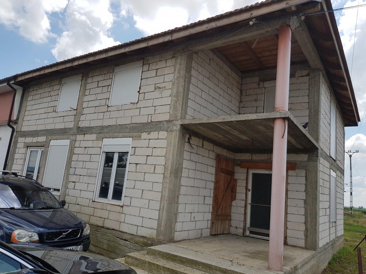 Vand casa la rosu 6 camere si spatiu comercial in Sambateni