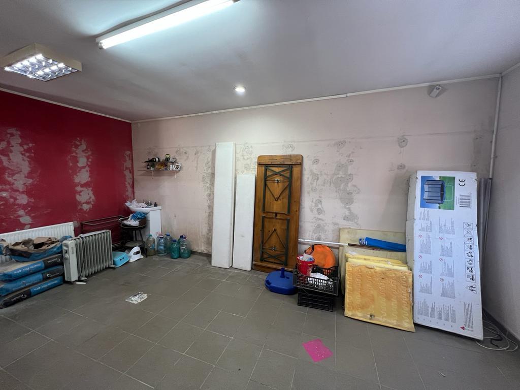 Vand casa cu 2 apartamente zona Boul Rosu Cardos