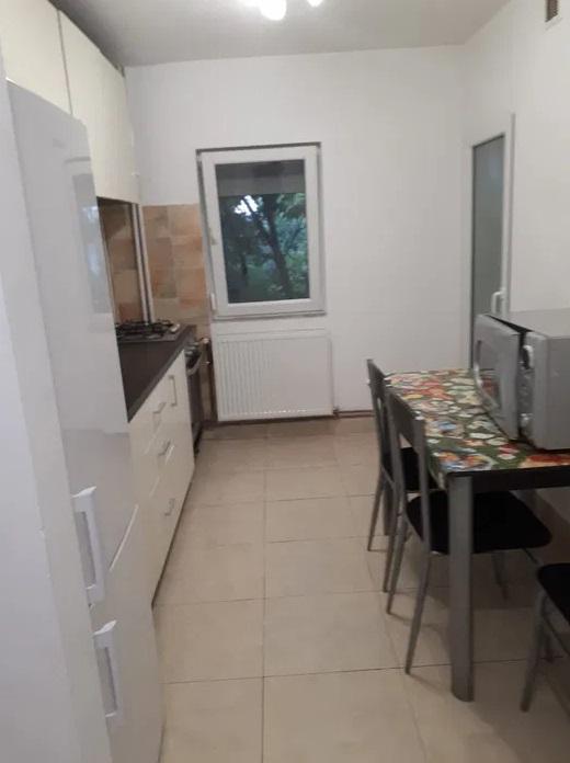 Inchiriez apartament 3 camere zona Confectii