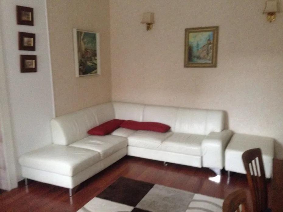 Inchiriez apartament 2 camere la casa zona Boul Rosu